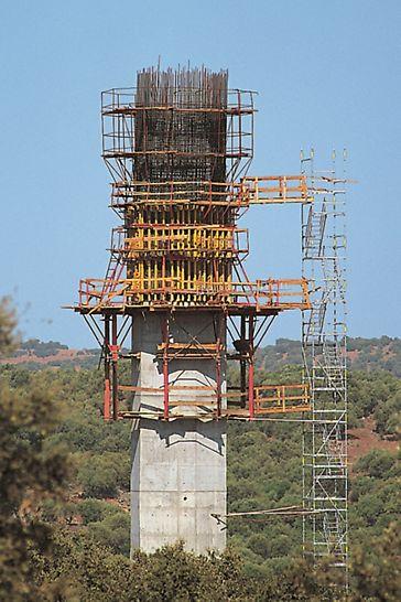 Ponte sobre o rio Guadiana, Mourão - Trabalhar com segurança em vários níveis: sistema VARIO com andaimes de betonagem e de trabalho composto por cavaletes de andaime GB 80 sobre consolas trepantes KG com plataformas de acompanhamento.