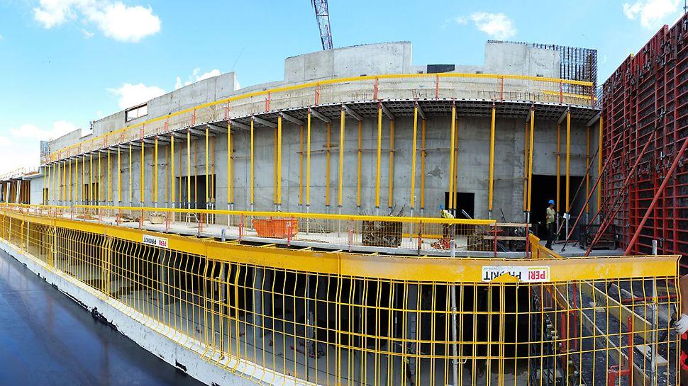 Bezpieczne i wydajne w montażu zabezpieczenie krawędzi stropów i pomostów roboczych budowy Galerii Północnej w Warszawie - PERI PROKIT