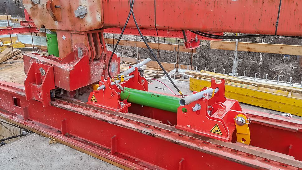 The equipment is always mechanically secured when being moved forward to the next cycle.
