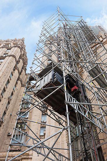 Лифтовые башни для подъема работников площадки и грузов установлены на всю высоту здания.