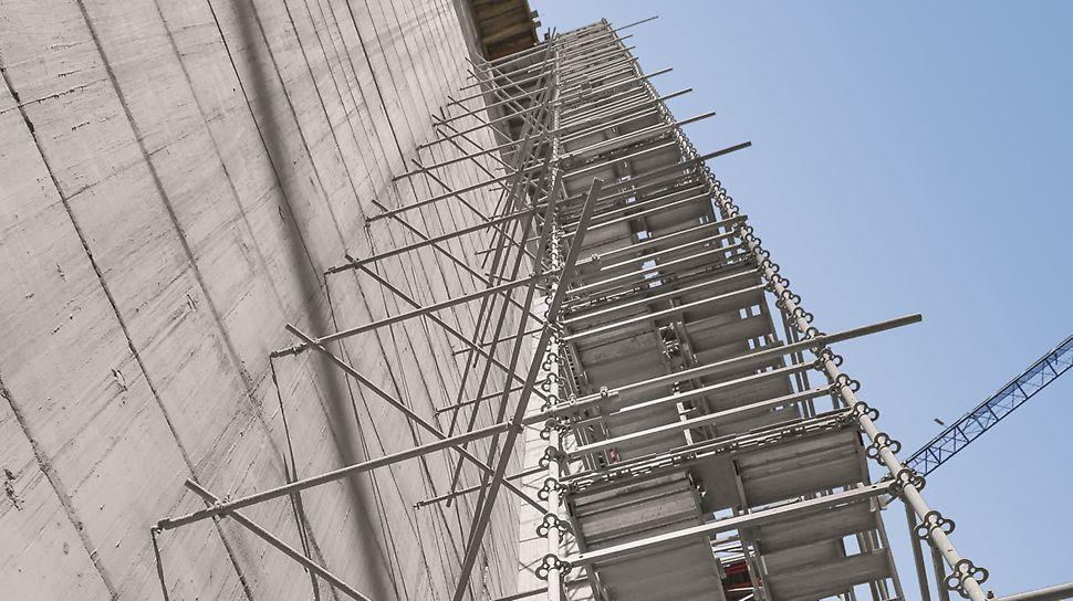"""Aproveitamento Hidroeléctrico de Ribeiradio-Ermida - Torre de escadas PERI UP """"Rosett"""" como acesso principal às frentes de trabalho."""