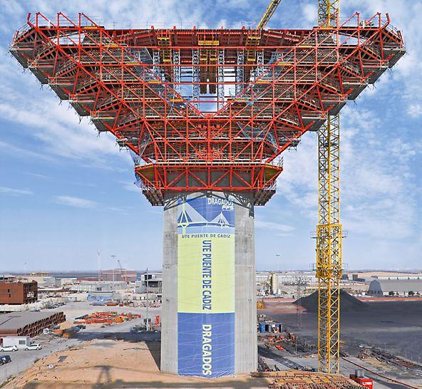 Most nad zátokou v Cádizu: Ocelová konstrukce PERI bezpečně přenášela velké zatížení z rozšířené části pylonu, široké 47 m, do patky.