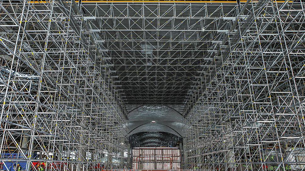 Für die Bearbeitung von rund 220.000 m² Deckenfläche installierten die Arbeitsteams vor Ort insgesamt 15.500 m² Plattformen mit bis zu 15 m Spannweite, unterstützt von PERI UP Flex Traggerüsten.