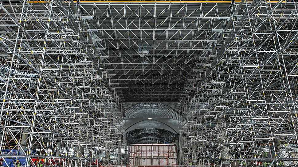 For processing a slab area of approx. 220,000 m² at a height of up to 17.50 m, the construction teams installed working platforms totalling 15,500 m² and featuring spans of up to 15 m whilst being supported by PERI UP Flex shoring.