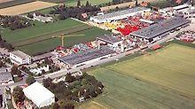 Závod roste velmi rychle. Do areálu firmy patří velké výrobní haly i venkovní skladovací plochy.