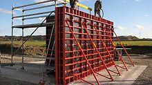 The particularly lightweight and easy-to-handle wall formwork system is ideal in places where crane capacities are limited or not available at all. Det meget lettvektige og lett håndterbare veggforskalingsystemet er ideelt på steder der mulighetene for kran er begrenset.