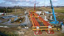 Die im PERI Werk vormontierten Einheiten wurden vor Ort zu Binderpaaren mit einer Gesamtlänge von 20,50 m bzw. 25,50 m verbunden. Die VRB Rüstbinder wurden dann am Stück per Kran eingehoben und auf den VST Rüstturmscheiben montiert.