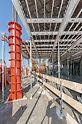 Im Schutz der RCS Einhausung konnte mit der SKYDECK Paneel-Deckenschalung und den auf der SRS Rundsäulenschalung basierenden Sonderschalungselementen schnell und sicher geschalt werden.