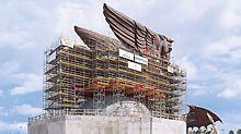 Skulptura Pegaza, SAD - ekonomična kombinacija sistema: VARIOKIT sistemske komponente nadopunile su PERI UP rješenje skele, ponajviše na mjestima širokih premošćivanja.
