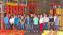 Gruppenbild von 19 jungen Menschen, die 2013 ihre Berufsausbildung bei PERI GmbH starten.