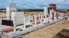 Beim Bau des neuen Hexagon Bürogebäudes in Calgary sorgte die MAXIMO Rahmenschalung mit der einseitig bedienbaren MXAnkertechnik für wertvolle Arbeitszeiteinsparungen. Die MAXIMO Schachtecke bot dem Baustellenpersonal außerdem eine schnelle, sichere Methode zum Ausschalen und Umsetzen der Kernschalungen.