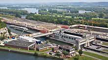 Schleusenbrücke Lanaye, Belgien - An beiden Uferbereichen weist die Brücke zwei 90°-Kurven mit Achsradien von jeweils 30 m auf.