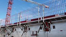 Auch zum Anschließen des Konsolensystems MXK sind passende Aussparungen in der heizbaren Schalung MXH vorgesehen. Das Konsolensystem MXK diente als sichere Arbeits- und Betonierplattform.