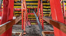 In order to keep the supporting structure safely balanced, concreting was carried out alternately on both sides. Vibrators mounted on the formwork ensured uniform distribution of the concrete.