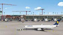 Lufthansa-Flugzeug auf Rollfeld vor Baustelle Satellitenterminal am Flughafen München