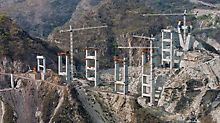 Puente Baluarte, Mexico - Apart from the two pylons, a total of nine double piers are being constructed on both sides of the ravine which are braced by means of massive cross beams.