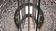 Beim Bau des 142 m hohen Torre Agbar in Barcelona stellen variierenden Formen, unregelmäßig platzierte Fenster und wechselnde Wandstärken Herausforderungen dar, die mit der ACS Selbstklettertechnik schnell und sicher gelöst werden können.