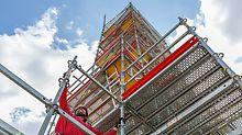 Stephanskirche, Bamberg: Durch den selbstsichernden Riegelanschluss an der Rosette (Gravity Lock) und der integrierten Abhebesicherung der Beläge (Locking Deck) ist PERI UP Flex einfach zu montieren.