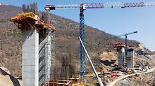For constructing the bridge piers, TRIO Panel Formwork and VARIO GT 24 Girder Wall Formwork on horizontally positioned SB Brace Frames were used as well as a combination consisting of SCS and CB 240 Platforms.