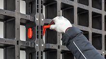 Verbundschalung DUO – universell und leicht: Ein typisches Beispiel für die einfach bedienbaren Systembauteile ist der DUO Verbinder. Sein Design und die Form der Öffnungen in den Paneelen erlauben nur eine einzige Möglichkeit des Einbaus.