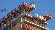 Wichtiger Bestandteil der PERI Schalungs- und Gerüstlösung waren die VARIODECK Randdeckentische mit geschlossener Absturzsicherung. Dadurch konnten auch die nachfolgenden Fassadenarbeiten gefahrlos ausgeführt werden.