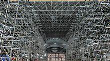 Pentru prelucrarea unei zone de placă de aprox. 220.000 mp la o înălțime de până la 17.50 m, echipele de construcții au instalat platforme de lucru în valoare totală de 15.500 m² și cu o acoperire de până la 15 m, în timp ce sunt susținute de schele PERI UP Flex