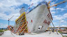 Ümar- ja kaldseinte jaoks pandi VARIO GT 24 seinaraketise osad eelnevalt kokku ja viidi ehitusplatsile. Talaseinaraketis kohandus optimaalselt keerulisele geomeetriale ja lubas saada kriteeriumitele vastavaid seinapindu. (Foto: PERI GmbH)