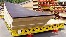 Tvar povrchu bednicích sestav vyžadoval velmi kvalitní a zodpovědnou práci montérů PERI ve Spojeném království i v Německu. Bednění se skládalo ze dvou vrstev 4mm překližky, konstrukce z 21 mm silného dřevěného laťování, konstrukce ze vzájemně vyklínovaných dřevotřískových desek, základního panelu VARIO ze závor SRU, příhradových nosníků GT 24 a 21 mm silné překližky.