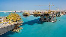 Mit einer Länge von 1,455 km und der imposanten Breite von 60 m verbindet die Sheikh Khalifa Brücke das Festland von Abu Dhabi, Vereinigte Arabische Emirate, mit der Insel Saadiyat.