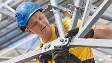 Mann fixiert die Firststange der Dachneigung weitestgehend ohne Werkzeug