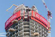 Generali Tower, Milán, Itálie - Opláštění budovy šplhavou ochrannou stěnou ze systému RCS spolehlivě zabezpečovalo právě budovaná podlaží.