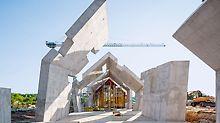 Mauzolej Michniów - PERI inženjeri projektirali su izvedbu posebne arhitekture rješenjem oplate po mjeri. Brojni pomaci i kose površine karakteristika su ovog kompleksnog objekta kao i debeli sendvič-zidovi i stropovi.