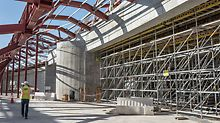 PERIUP dient nicht nur als Tragkonstruktion für die Kuppelschalung. Das Modulgerüst bietet auch Zugänge zu verschiedenen Montageplätzen sowie sichere Arbeitsflächen in allen Bereichen.