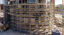 The lower, 25-metre-high section of the scaffolding solution was erected using PERI UP Flex falsework, which impressed the customer with its high load-bearing capacity and flexibility.