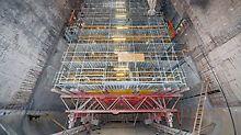 Fahrbarer Gerüstbock mit Gerüstkonstruktion von PERI, der bei den Sanierungsarbeiten im Müllheizkraftwerk Ruhleben sowohl als Plattform als auch als Schulungsgerüst eingesetzt wurde.
