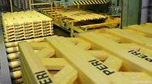 Pro Tag werden mit der vollautomatischen Produktionsanlage 20.000 laufende Meter Träger hergestellt.