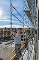 Bei PERI UP Easy steht die sichere Montage im Fokus: Zudem bietet es Sicherheit im System, denn das Geländer für die nächste Ebene wird mit dem Easy Rahmen oder wie hier beim Prinz-Eugen-Karree in München mit dem Easy Stil ohne Zusatzbauteile von der unteren Gerüstlage aus montiert.