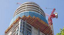 Henninger Turm, Frankfurt am Main: Die Einrüstung des auskragenden Rundbaus mit PERI UP Flex zur Fassadenmontage sowie die PROKIT Absturzsicherung der freien Deckenränder ergänzten die PERI Komplettlösung.