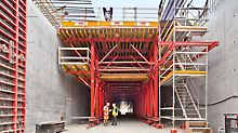 Nordhavnsvej Tunnel - Everything from one source: PERI has provided a comprehensive solution. Through the mounted Alu 75 site staircase and Prokit EP 110 side protection, safe conditions have also been created for the construction team when using the access points as well as carrying out slab formwork activities.