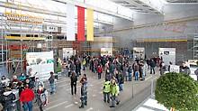 Ausstellungshalle mit vielen Besuchern, die sich zu verschiedenen Gesundheitsthemen rund um Prävention und Sport im Rahmen des PERI Gesundheitstags informieren.