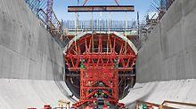 Wasserkraftwerk Smithland - Die fertig montierten Einheiten aus Formkörpern und Gespärre werden per Kran in die Betonierposition gehoben und auf den lastabtragenden Schwerlasttürmen positioniert.