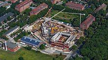 Luftaufnahme vom Bau der ersten Stockwerke mithilfe der PERI Schalungs- und Gerüstlösung für das Zentralgebäude der Leuphana Universität in Lüneburg.