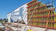 """Nádraží """"Porta del Sud"""": Nosníkové stěnové bednění VARIO GT 24 bylo navrženo a smontováno na míru – s vyztuženými ocelovými závorami a až do výšky 12 m."""