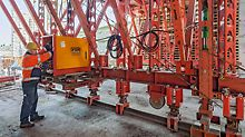 Arbeiter bedient VARIO Hydraulik Tunnelschalwagen