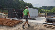 Robert Mürkens trägt einzelne Systembauteile zur Baustelle.