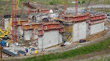 Wasserkraftwerk Smithland - Für die Herstellung der Kraftwerkswände wird das einhäuptige Klettersystem SCS eingesetzt. Die Lasten werden ohne Schalungsanker über die Konsole in die Kletteranker des vorherigen Betonierabschnitts eingeleitet.