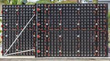 Im Vergleich zu den bekannten Träger- und Rahmenschalungen fällt der andersartige, kassettenförmige Aufbau der Duo Trägerlage besonders auf, der typisch für den konstruktiven Leichtbau ist. Die DUO Verbundschalung ist speziell auf die Raumhöhe 2,70 m optimiert worden; dazu werden 2 Standardpaneele aufgestockt.