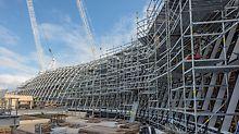 Das Modulgerüst PERI UP Flex ließ sich der komplex geformten Glasdachkonstruktion anpassen: Jeder Arbeitsplatz konnte bestens erreicht werden, jeder Lastabtrag war optimal geplant.