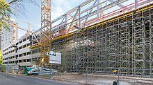 Für Stützarbeiten beim Decken- oder Brückenbau lassen sich aus den PERI UP Modulkomponenten Stütztürme und Tragegerüste erstellen. Der Rosettknoten erlaubt eine Anpassung an verschiedene Geometrien in allen 3 Dimensionen.