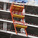 Evolution Tower: Posuvné lávky jsou posunovány po kolejnicích s pomocí mobilní hydrauliky RCS bez pomoci jeřábu.